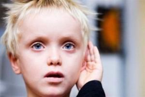 мальчик со снижением гиперчувствительности к звукам